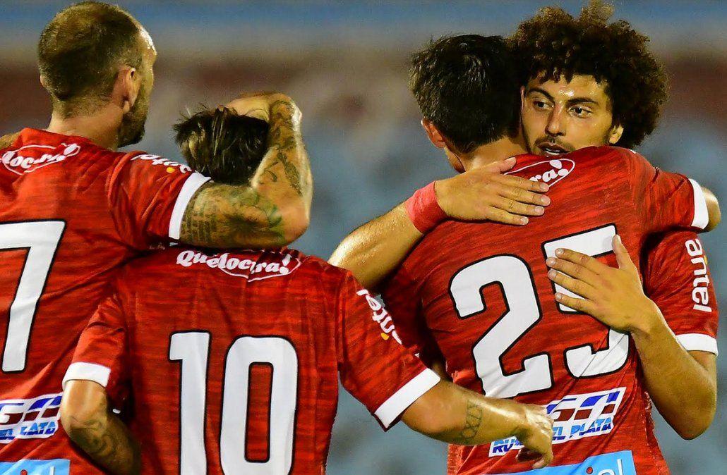 El zaguero Falcón de Rentistas celebra junto a sus compañeros el gol ante Nacional