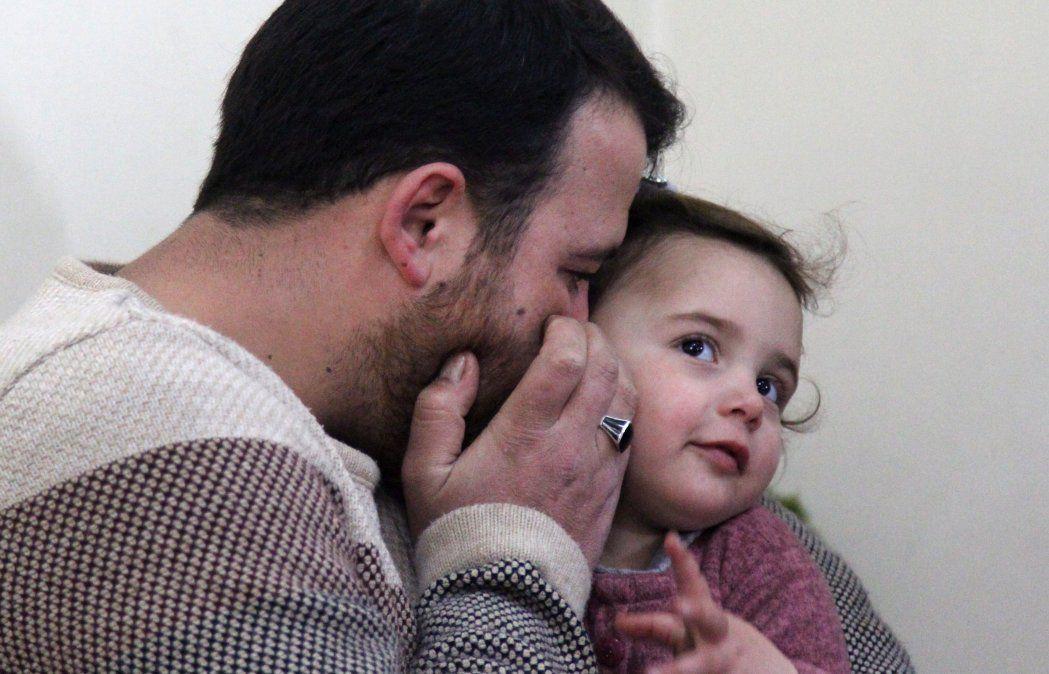 Un padre sirio enseña a su hija a reír cada vez que cae una bomba