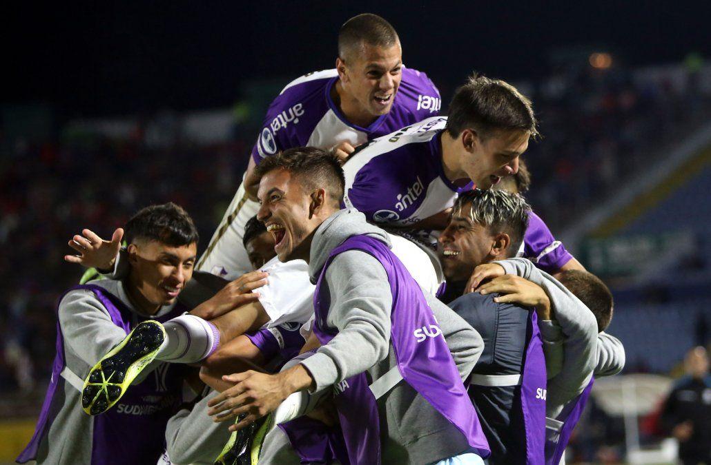 El Fénix de Carrasco clasificó al empatar en la altura de Quito ante el Nacional