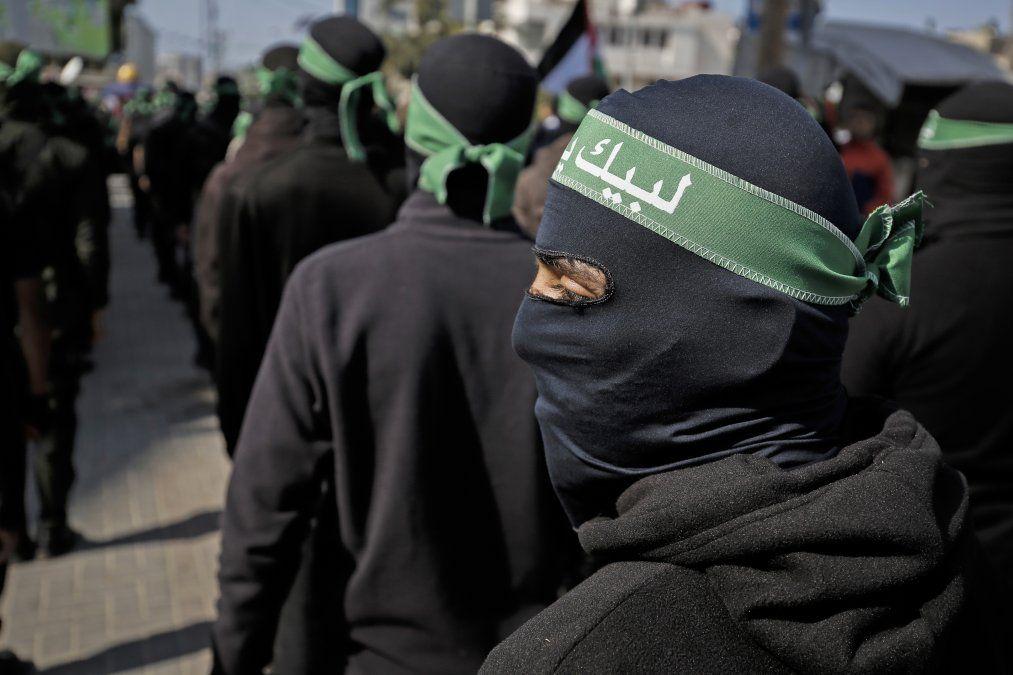 Militantes palestinos enmascarados participan en una manifestación