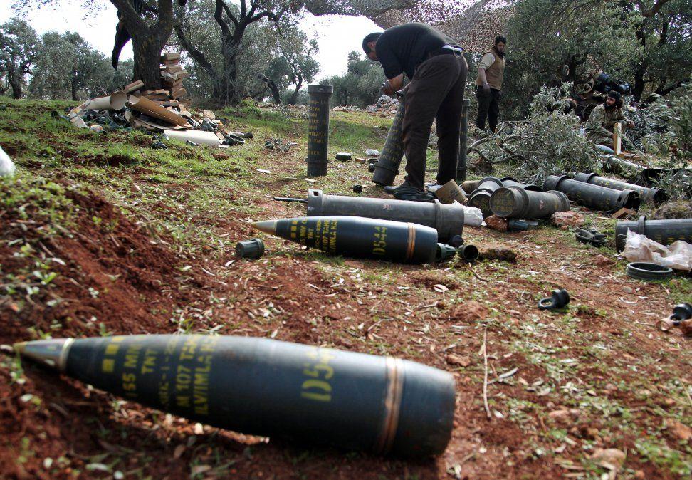 Combatientes sirios respaldados por Turquía se preparan para disparar proyectiles cerca del pueblo de al-Nayrab