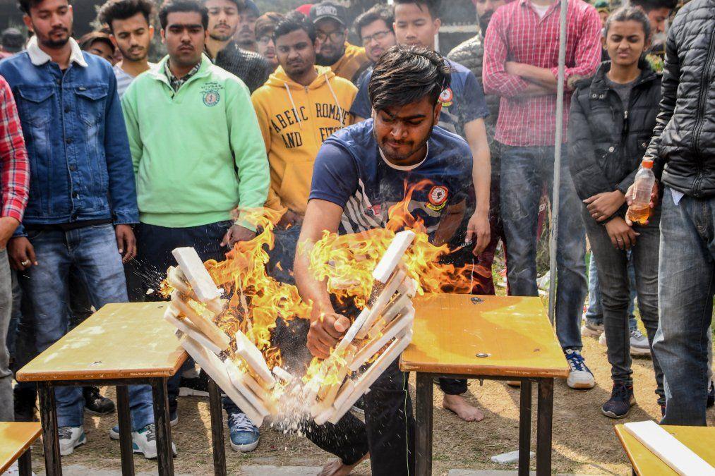 Un estudiante demuestra sus habilidades de karate durante el encuentro anual en Amritsar.