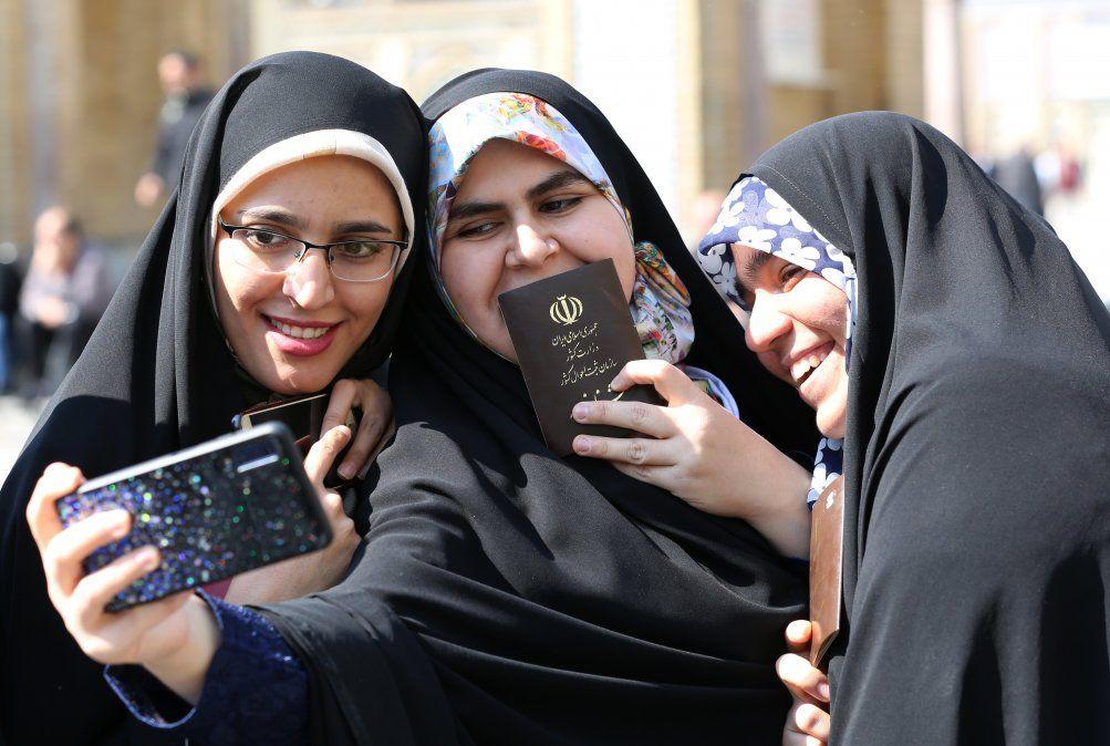Los votantes iraníes posan para una selfie durante las elecciones parlamentarias en el santuario Shah Abdul Azim en las afueras del sur de Teherán.