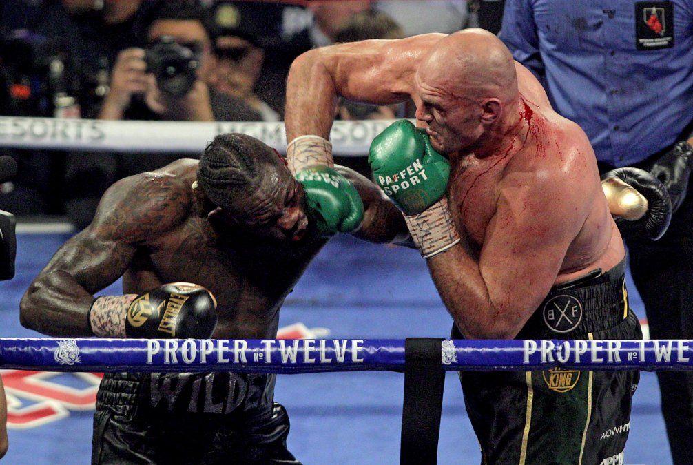 Fury conecta a Wilder. Prevaleció la mejor técnica del británico y su mejor preparación. Fury subió de peso y ganó poder en los puños y potencia en los clinchs respecto a la pelea anterior