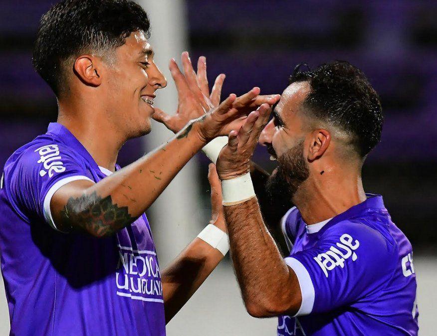 Facundo Millán y Rodrigo Rojo festejan tras la victoria de Defensor ante Peñarol