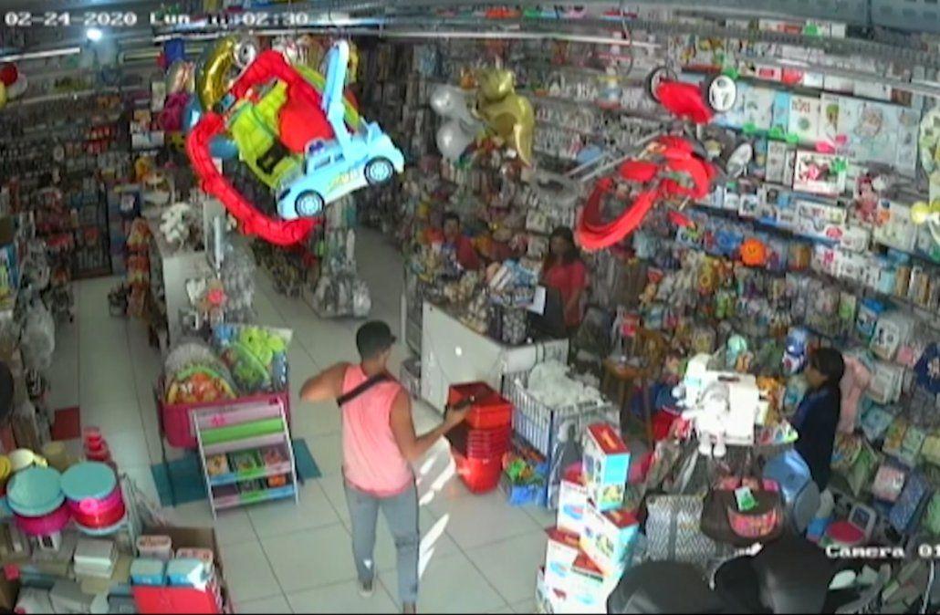 Delincuente robó una juguetería dos veces en 10 días y sus dueños cerraron