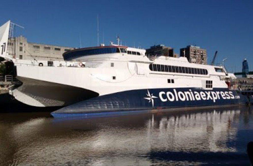 Barco de pasajeros sufrió una avería en el Puerto de Colonia y trabajan para evitar que se hunda