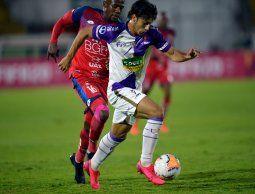 Agustín Canobbio vlvió con buen pie a Fénix tras su paso por Peñarol. Aquí, por Copa Sudamericana.