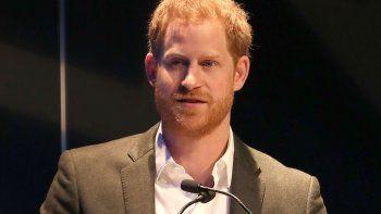 El príncipe Harry vuelve al Reino Unido antes de emprender su nueva vida