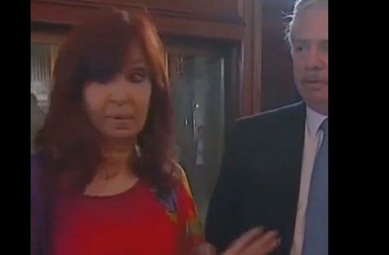 La cara de Alberto Fernández y la de Cristina no parecen estar acordes a un simple comentario sobre protocolo