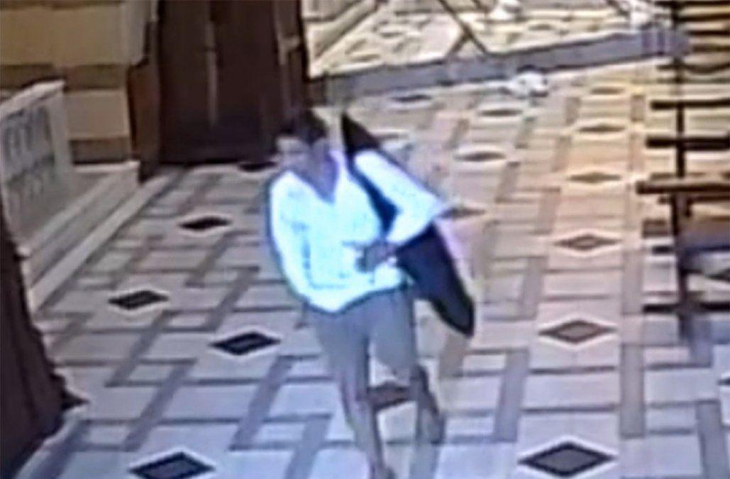 Robó el teclado de la catedral y se fue caminando tranquilo; todo quedó registrado