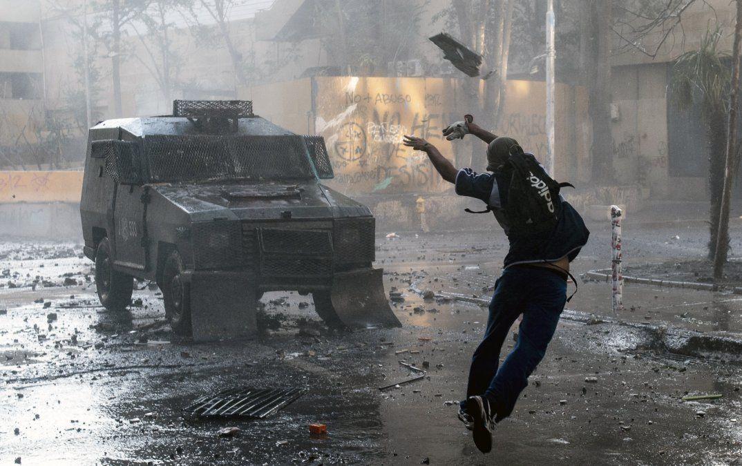 Manifestantes chocan con la policía antidisturbios durante una protesta contra el gobierno del presidente chileno Sebastián Piñera en Santiago.