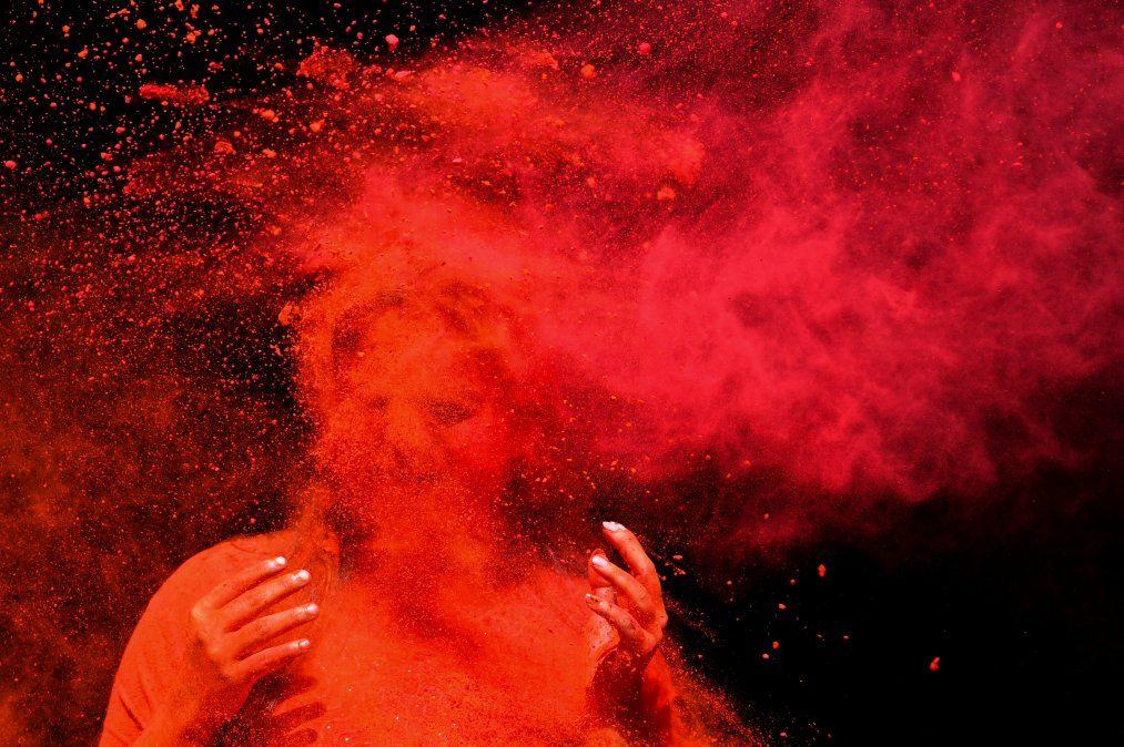 Un juerguista manchado de polvo de color celebra el Holi