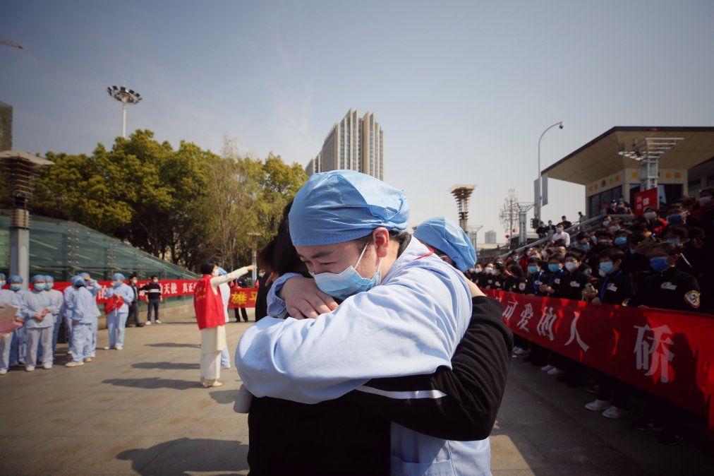 Un trabajador médico abraza a un miembro de su equipo el primer día en que no se registran casos autóctonos de coronavirus en China