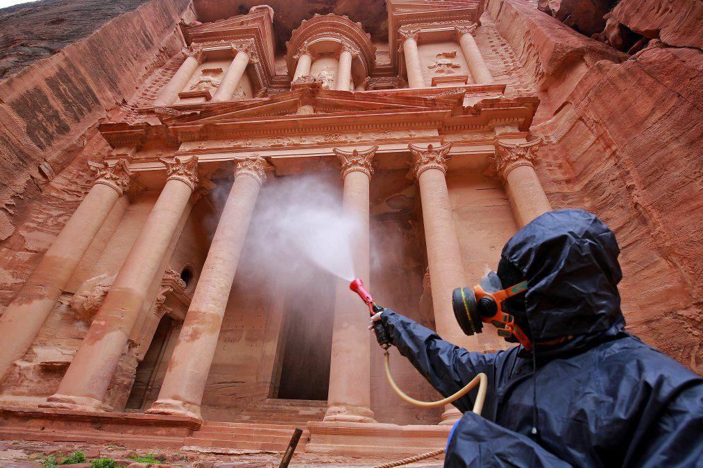 Un trabajador rocía desinfectante en la ciudad arqueológica de Jordania de Petra para evitar la propagación de COVID-19