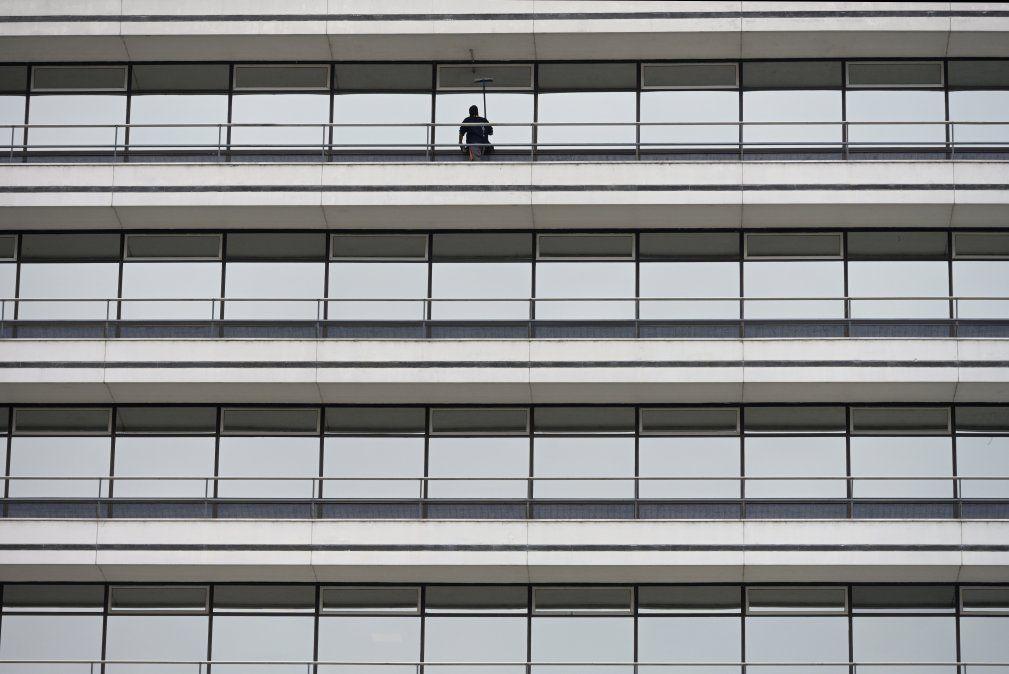 Limpiador de ventanas en un edificio bonaersense en plena pandemia