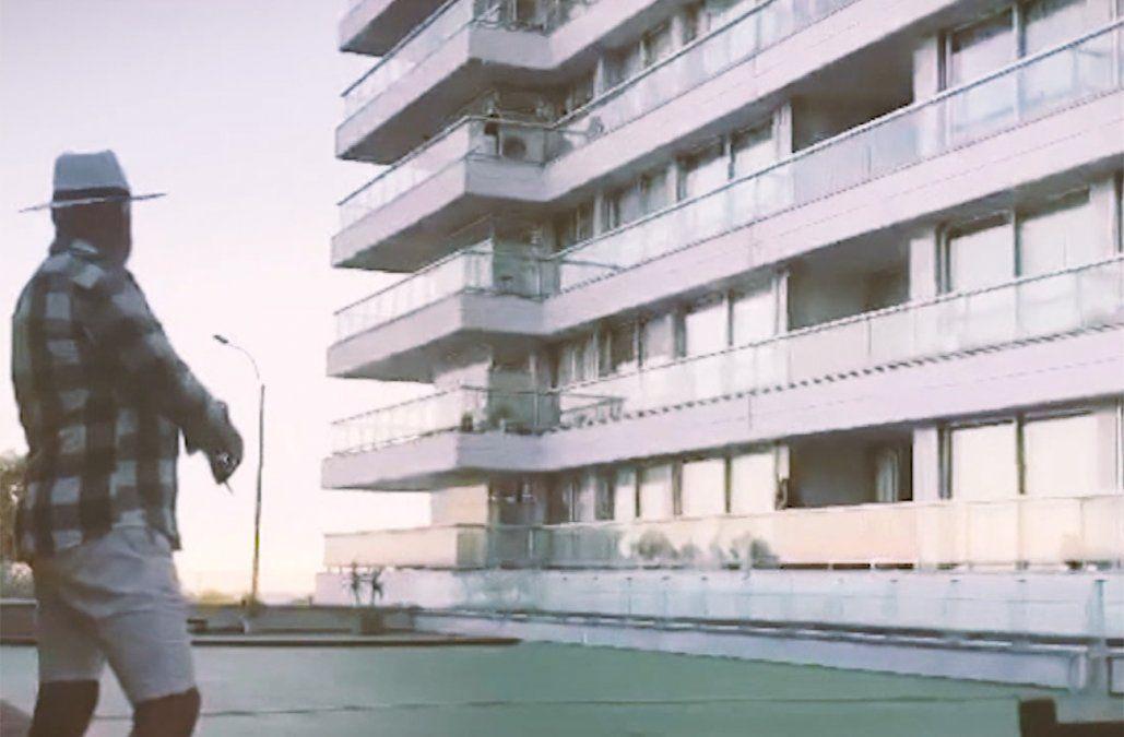 Edison, el violinista que comparte su música con sus vecinos desde su terraza