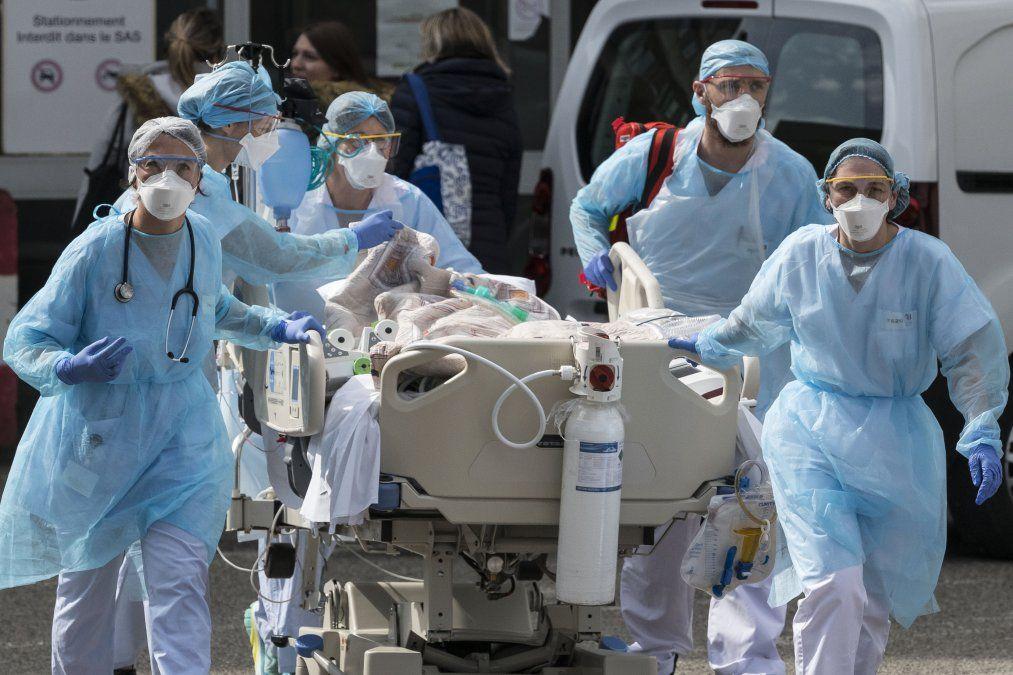 El personal médico utiliza un carrito para mover a un paciente hacia un helicóptero médico en el Hospital Emile Muller en Mulhouse