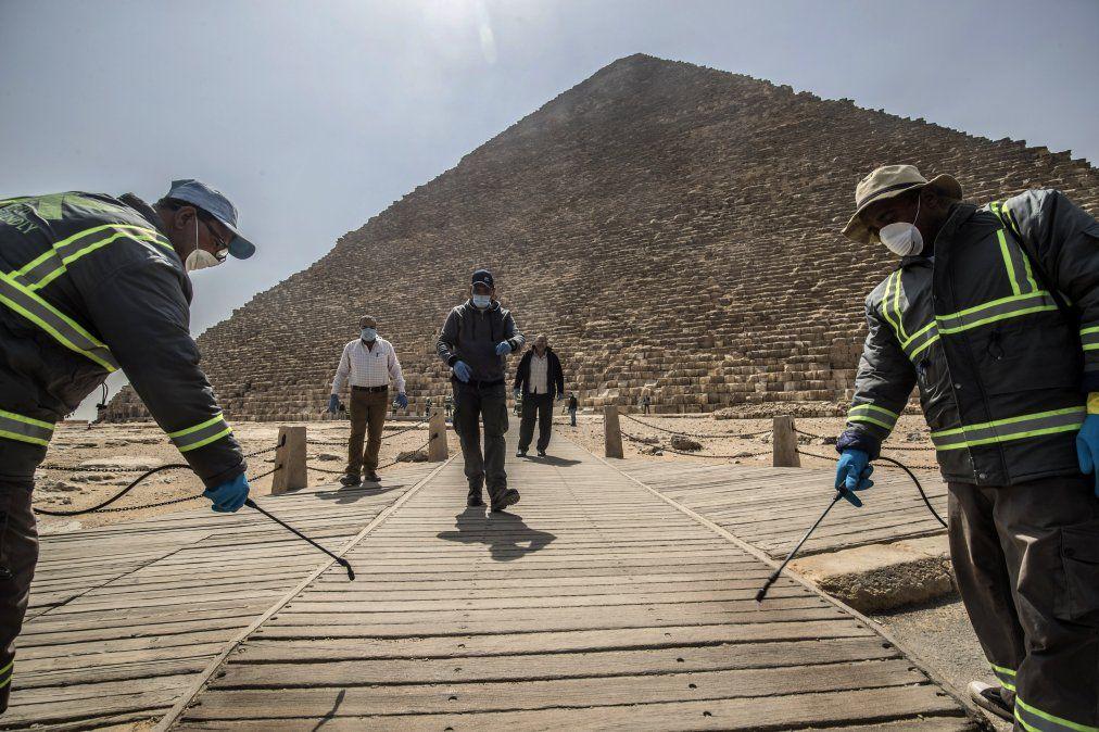 Los trabajadores del municipio egipcio desinfectan la necrópolis de las pirámides de Giza
