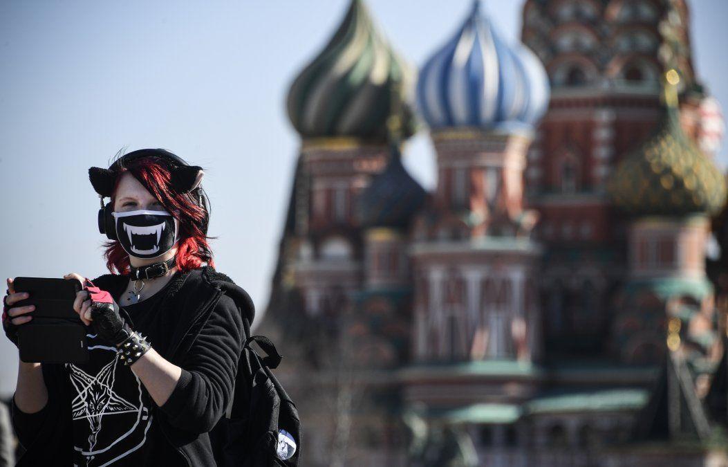Una mujer joven con una máscara facial