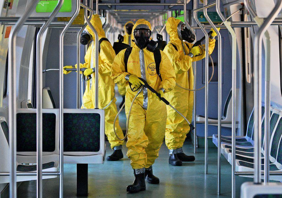 Los soldados brasileños desinfectan un vagón de tren en la Estación Central como medida contra la propagación del coronavirus