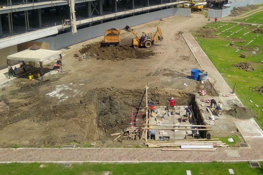 Trabajadores construyendo tumbas en el cementerio Jardines de la Esperanza en Guayaquil