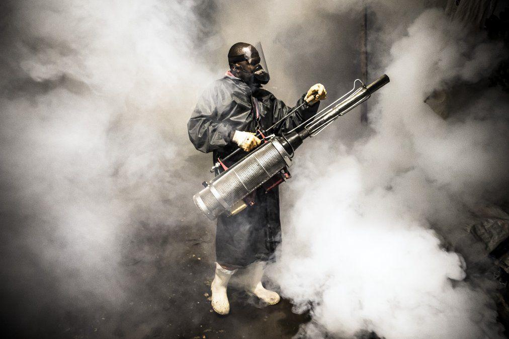 Miembro de una ONG realiza fumigaciones y desinfección durante el toque de queda impuesto por el gobierno de Kenia