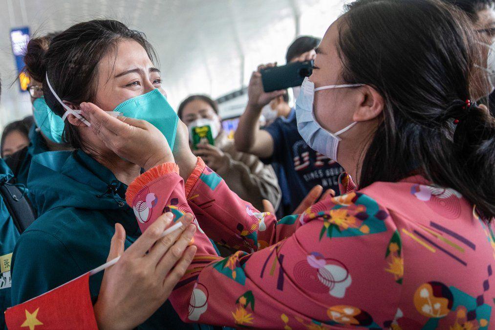 Un miembro del personal médico del Hospital de la Facultad de Medicina de la Unión de Pekín llora antes de partir en el aeropuerto de Wuhan