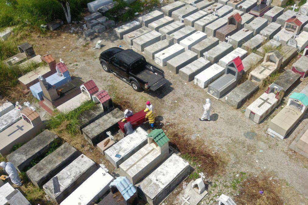 Vista aérea de trabajadores enterrando un ataúd en el cementerio de Maria Canals en las afueras de Guayaquil
