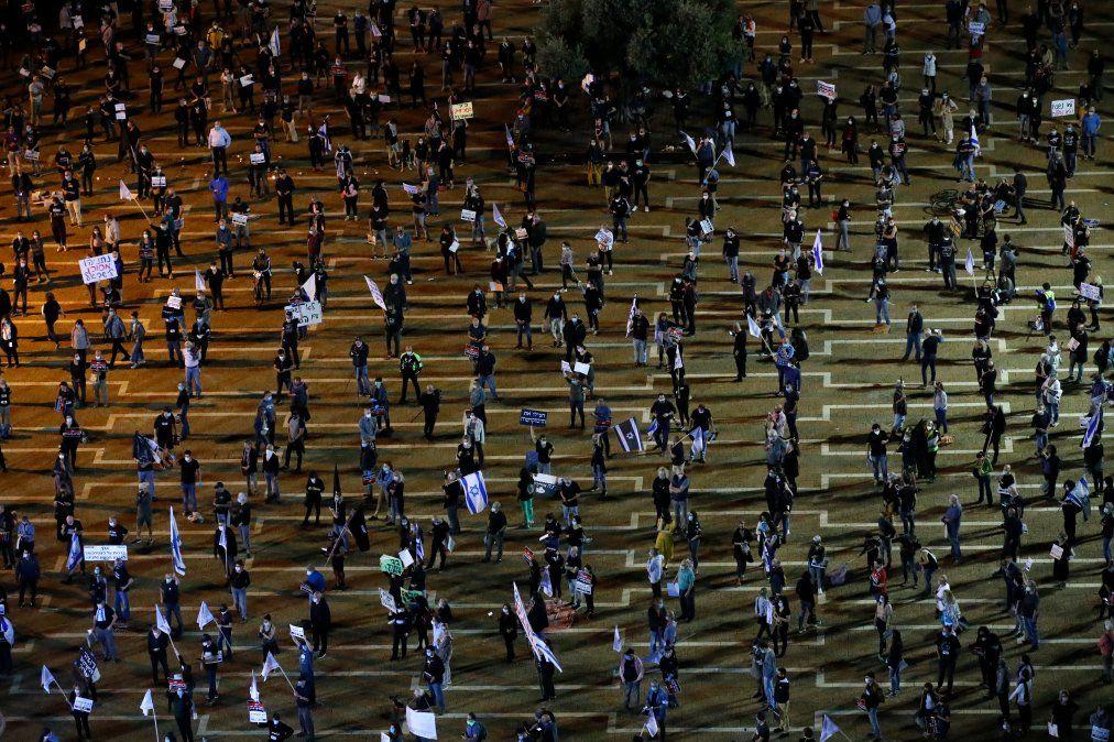 Israelíes participan de una manifestación contra el Primer Ministro Benjamin Netanyahu y medidas antidemocráticas para contener el nuevo coronavirus.