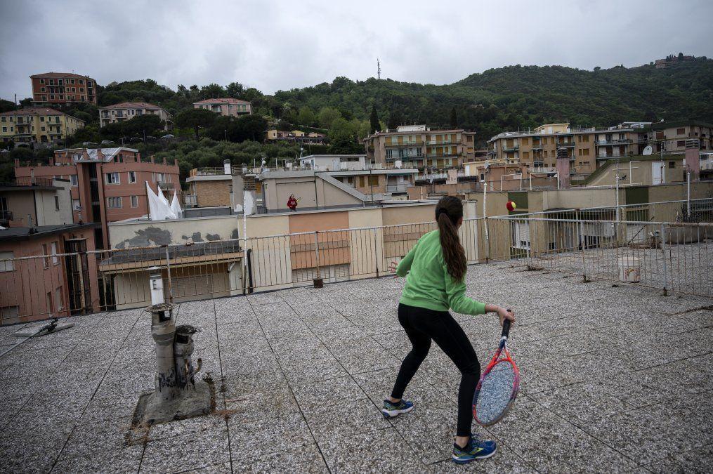 Vittoria Oliveri (frente) juega al tenis con Carola en segundo plano en los tejados de su casa en Finale Ligure