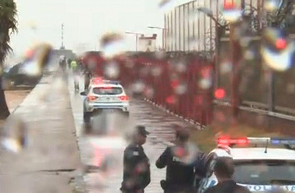 Hombre hirió a dos policías en la entrada del Maciel, fugó a la escollera Sarandí y fue abatido