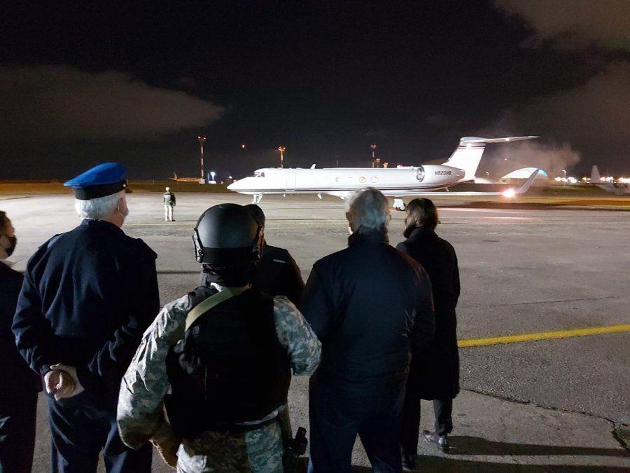 El avión por despegar ante la mirada del ministro Larrañaga