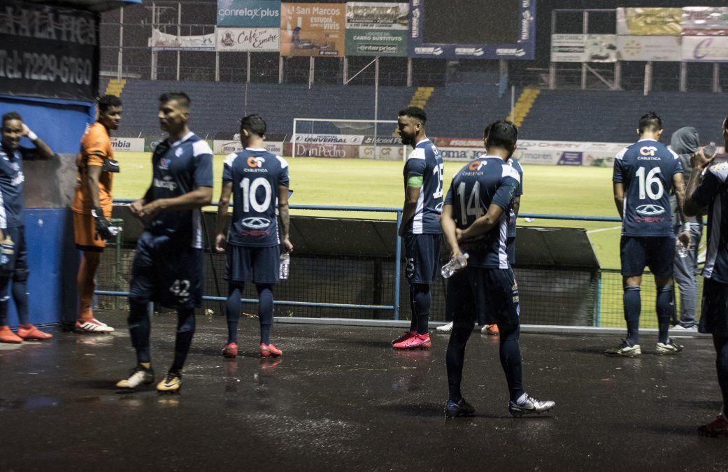 Jugadores del Club Sport Cartaginés guardan distancia física durante el calentamiento. Las medidas se cumplen a rajatabla