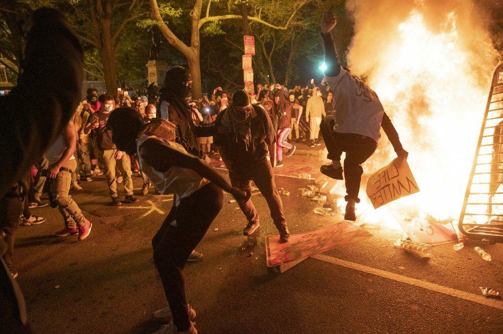 Disturbios tras toque de queda impuesto en varias ciudades de Estados Unidos