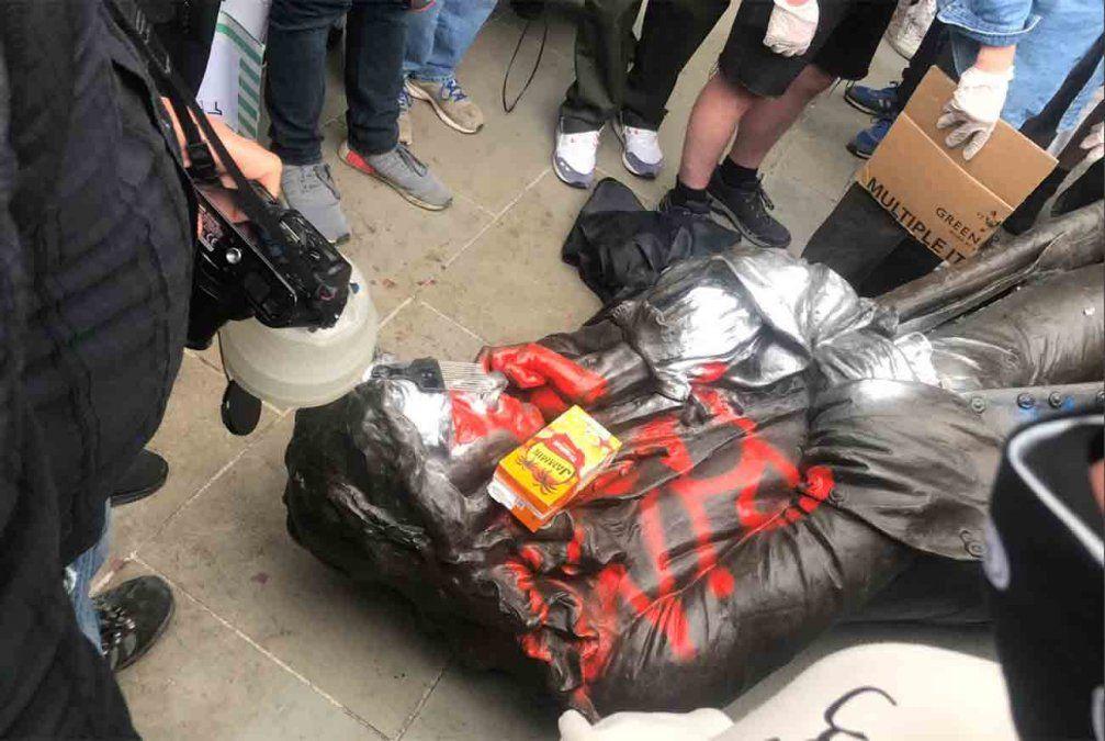 Reino Unido: manifestantes antirracistas arrancan estatua de un comerciante de esclavos