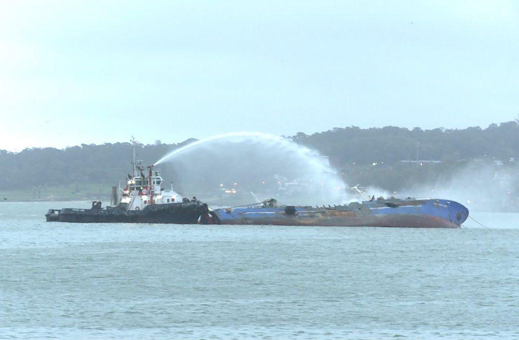 Tripulantes del buque coreano incendiado en el puerto en cuarentena, pero no aislados