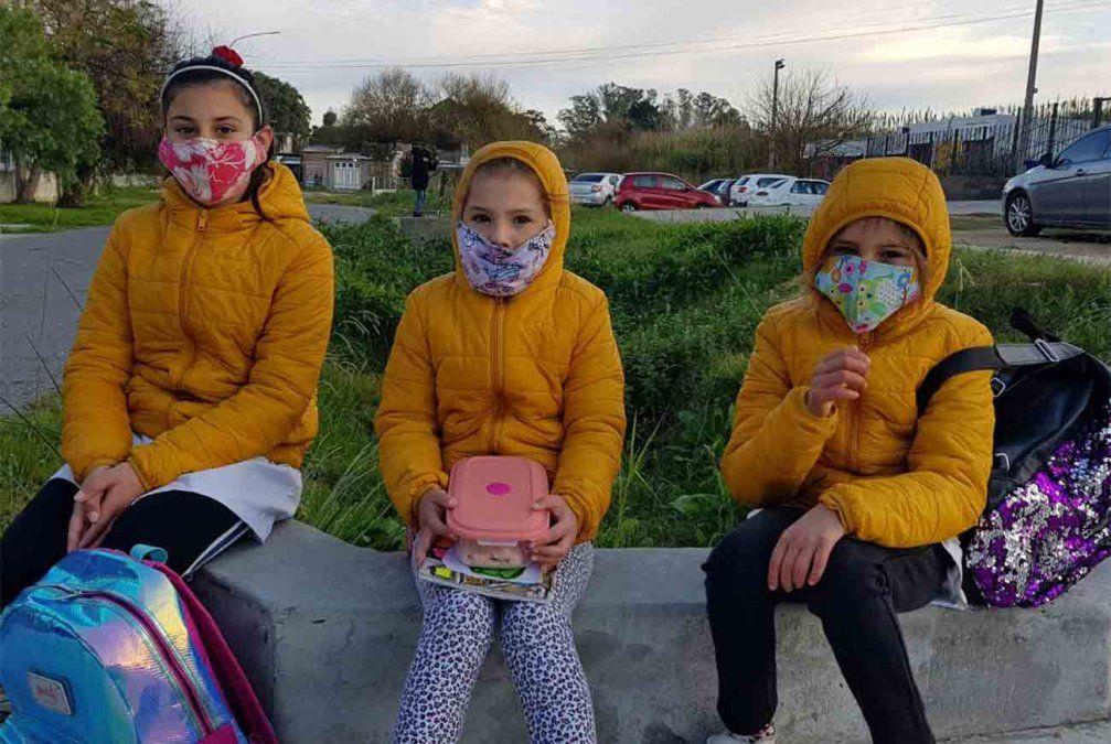 Tres hermanas listas para comenzar las clases en sus escuelas