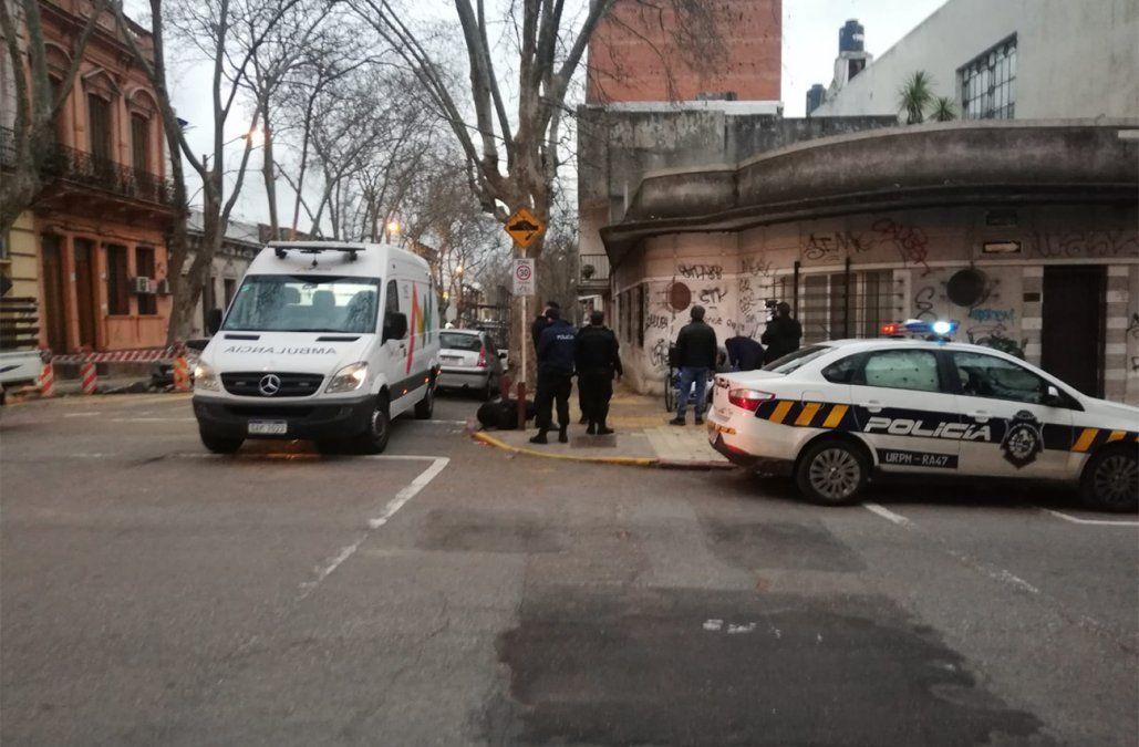 Policía y médicos trasladaron a un hombre que dormía en la calle con graves problemas de salud