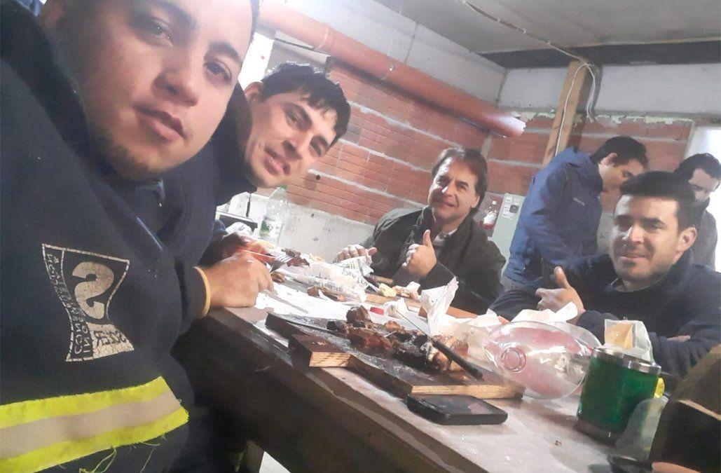 Lacalle Pou comió un asado con trabajadores de una obra en construcción al costado de Torre Ejecutiva
