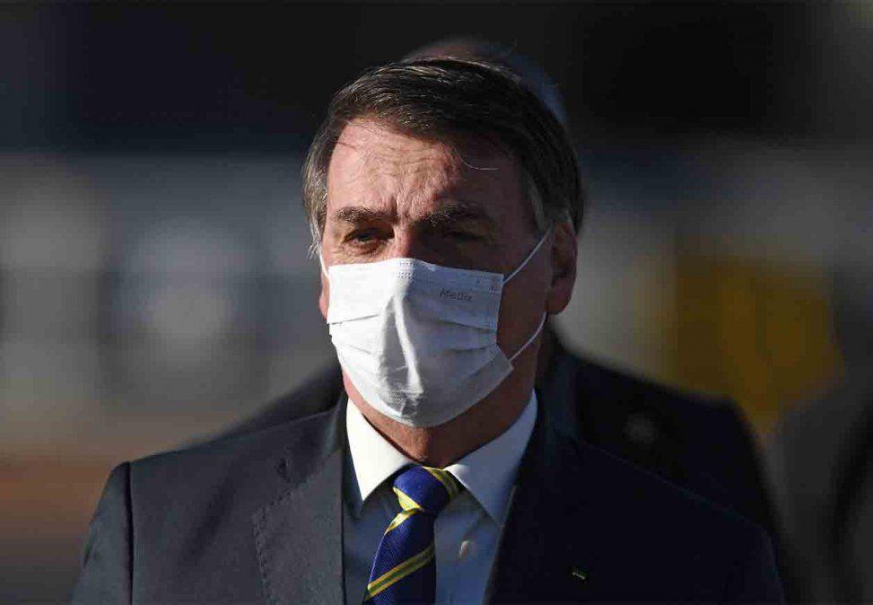 Bolsonaro presenta síntomas de COVID y espera el resultado del test