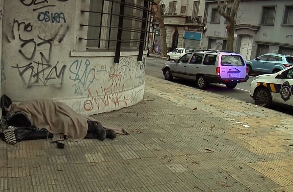 La Policía sacó a 26 personas que dormían en la calle y las derivó a un refugio