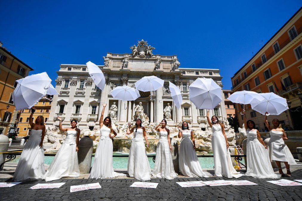 Novias con su vestido realizan una protesta flashmob contra el aplazamiento de sus matrimonios debido al estricto protocolo de todas las ceremonias religiosas dentro de la pandemia de coronavirus