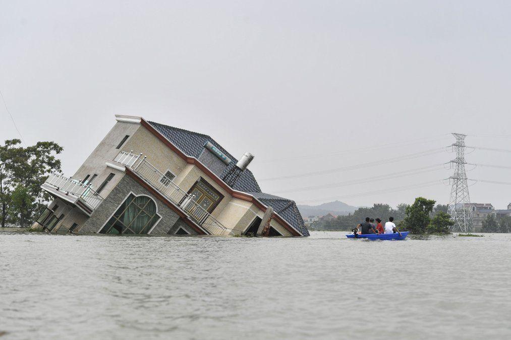 Una casa afectada por las inundaciones cerca del lago Poyang tras las lluvias torrenciales en la ciudad de Shangrao en el centro de China.