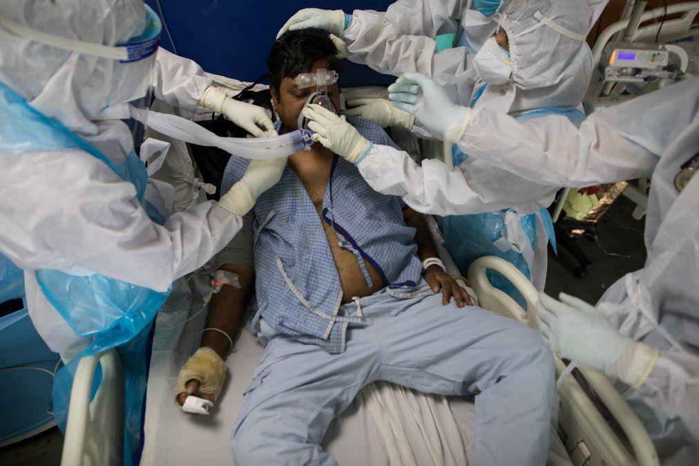 Doctores y enfermeras usando equipamiento protectivo cuidan a un paciente con Covid-19 en la Unidad de Cuidados Intensivos del Hospital de Sharda