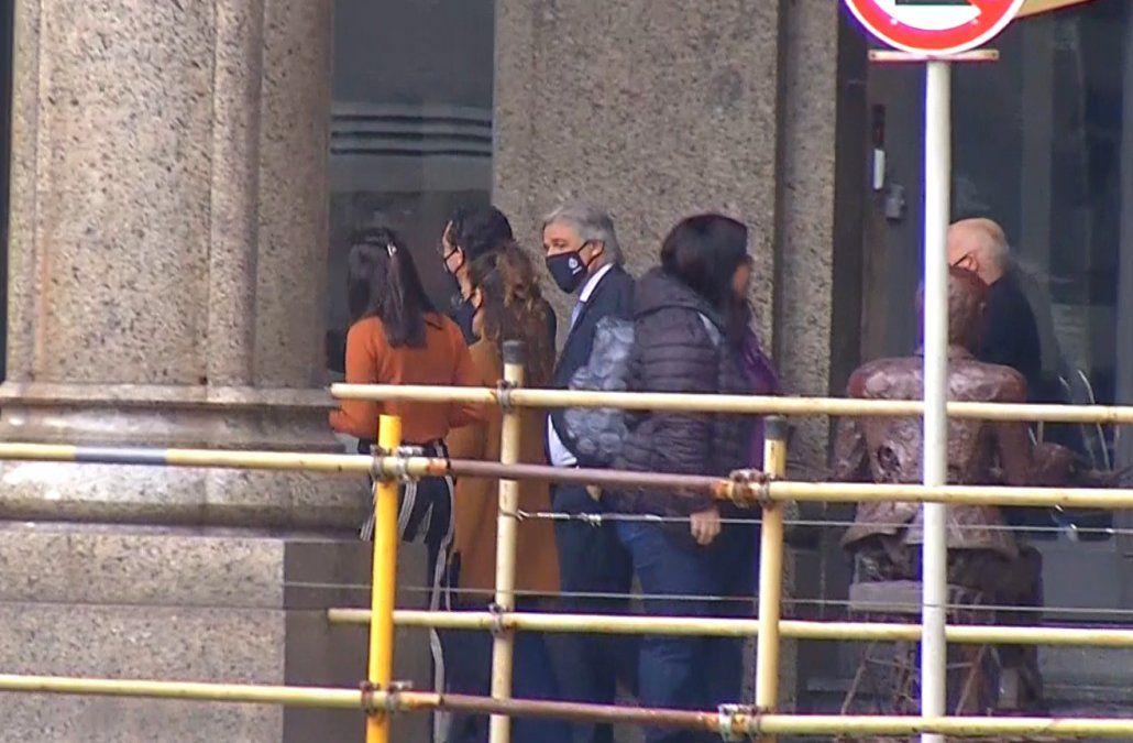Lacalle Pou almorzó con Bustillo y varios asesores en un café de plaza Independencia