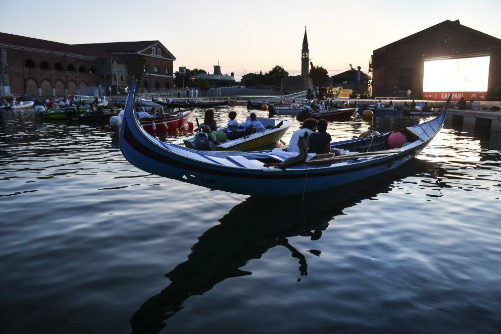 La gente mira desde una góndola la película El prestigio en Venecia