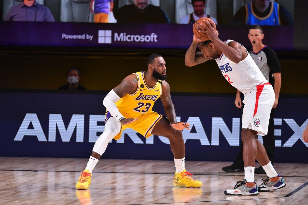 {altText(<p> LeBron James #23 de Los Angeles Lakers ante Kawhi Leonard #2 de LA Clippers </p>,Volvió la NBA y los Lakers derrotaron a los Clippers con Lebron James como emblema)}