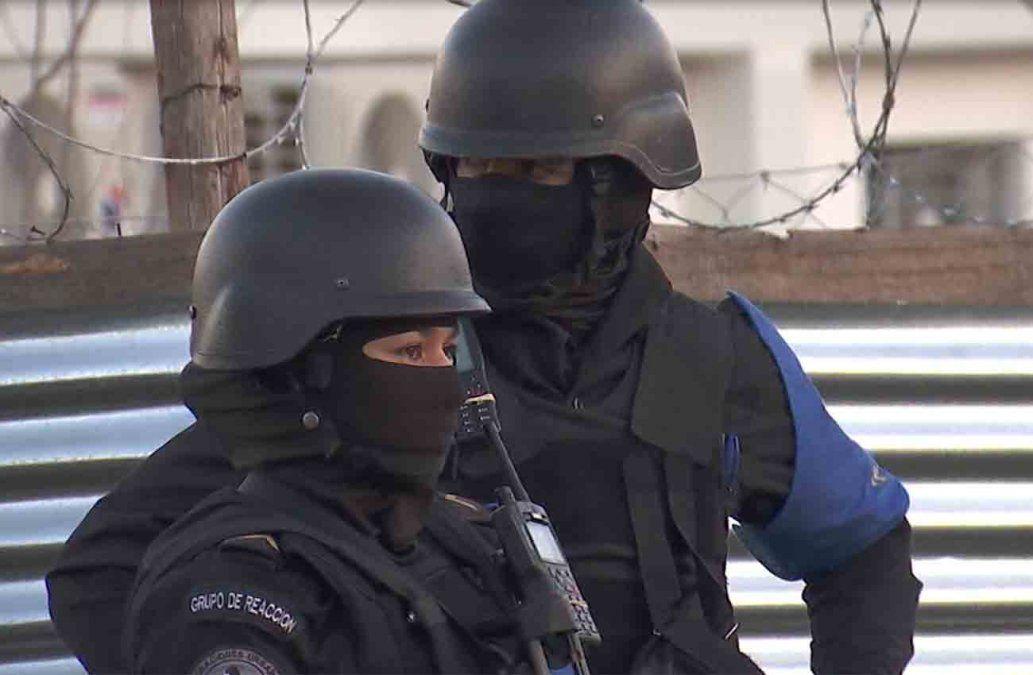 Policías durante el allanamiento en el que fue detenido el adolescente sospechoso del homicidio