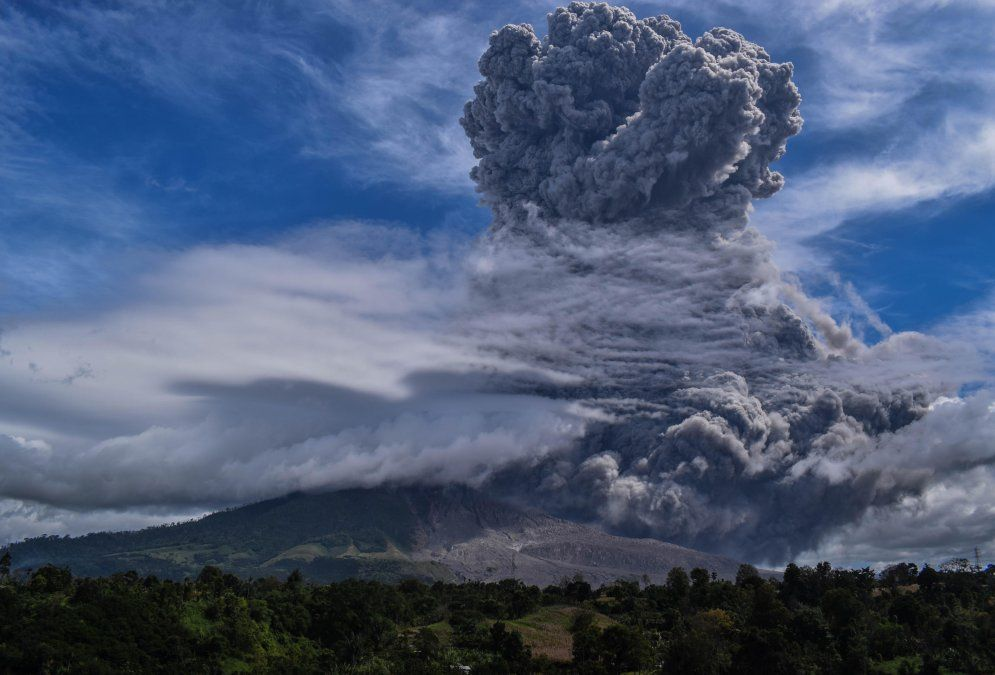 El monte Sinabung arroja cenizas espesas y humo al cielo en Karo